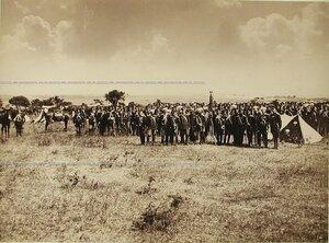 Солдаты и офицеры Лейб-гвардии Драгунского полка на биваке.