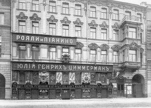 Фасад дома № 34 по Морской улице, где находился магазин музыкальных инструментов торгового дома «Юлий Генрих Циммерман».