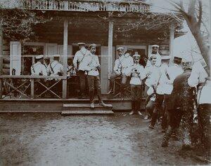 Группа офицеров после обеда у полкового буфета.
