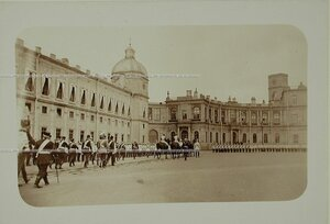 Кирасиры на плацу у Гатчинского дворца перед началом парада.