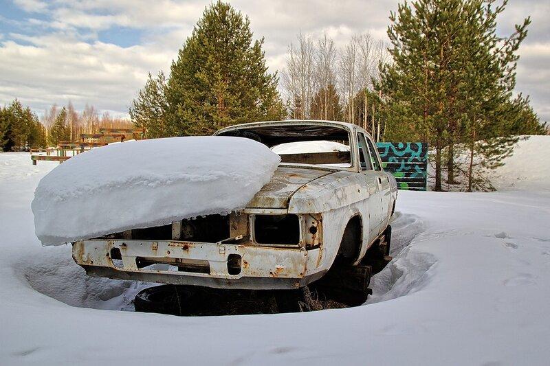 Корпус автомобиля Волга под слоем снега на тренировочном полигоне