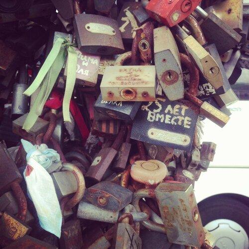 Замочки перед мостом влюблённых