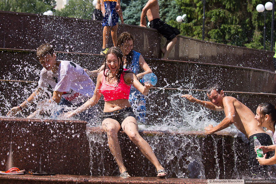 Участники водного батла и брызги воды