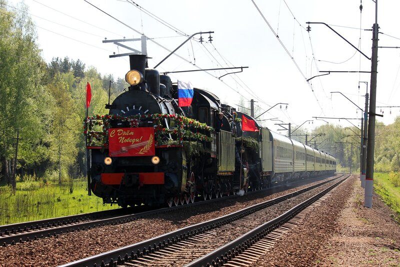 Паровоз Эу-683-89 с поездом на День Победы