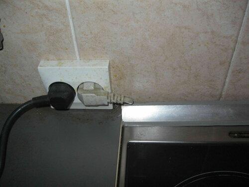 Фото 40. Отказ от полноценной инженерной подготовки помещения перед установкой кухонного гарнитура впоследствии оборачивается серьёзными неудобствами при эксплуатации электроприборов.