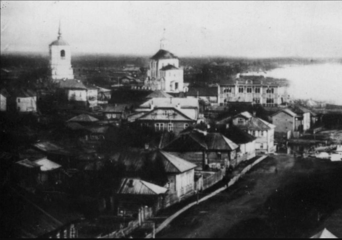 Вид с колокольни Преображенского собора на Набережную и Покровскую церковь