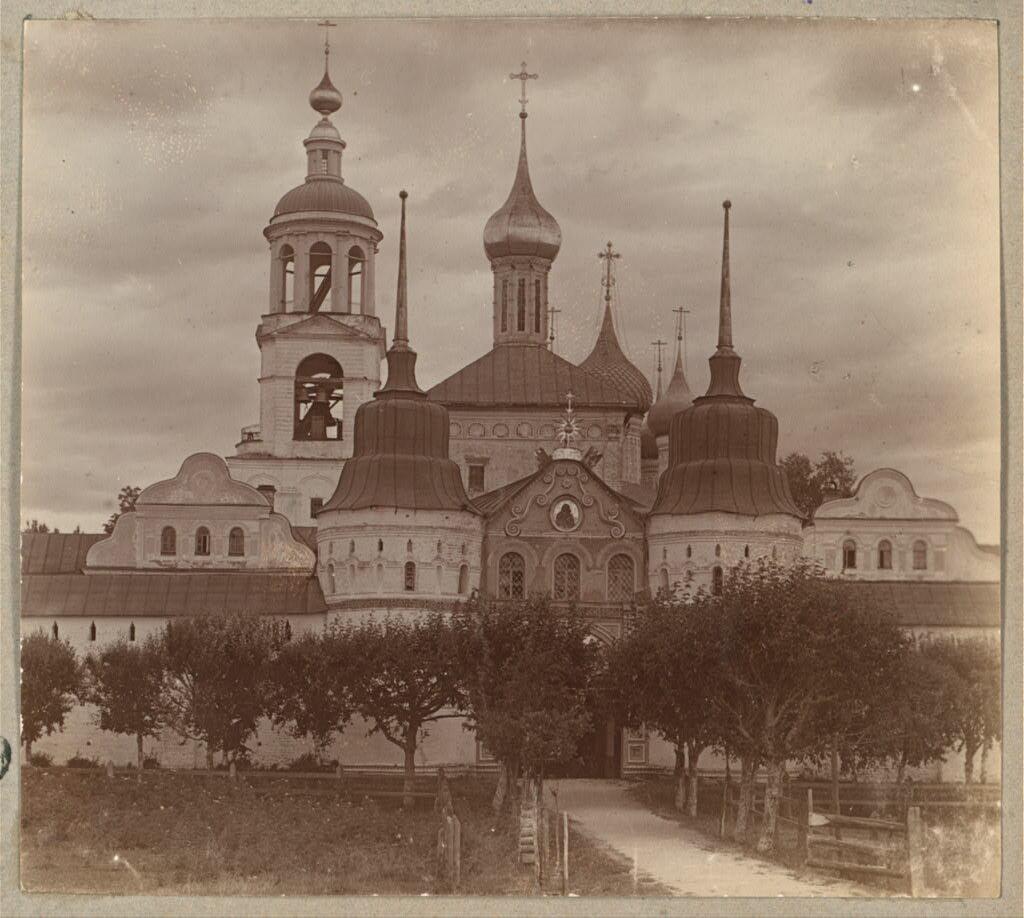 Вход в Толгский монастырь. 1910.
