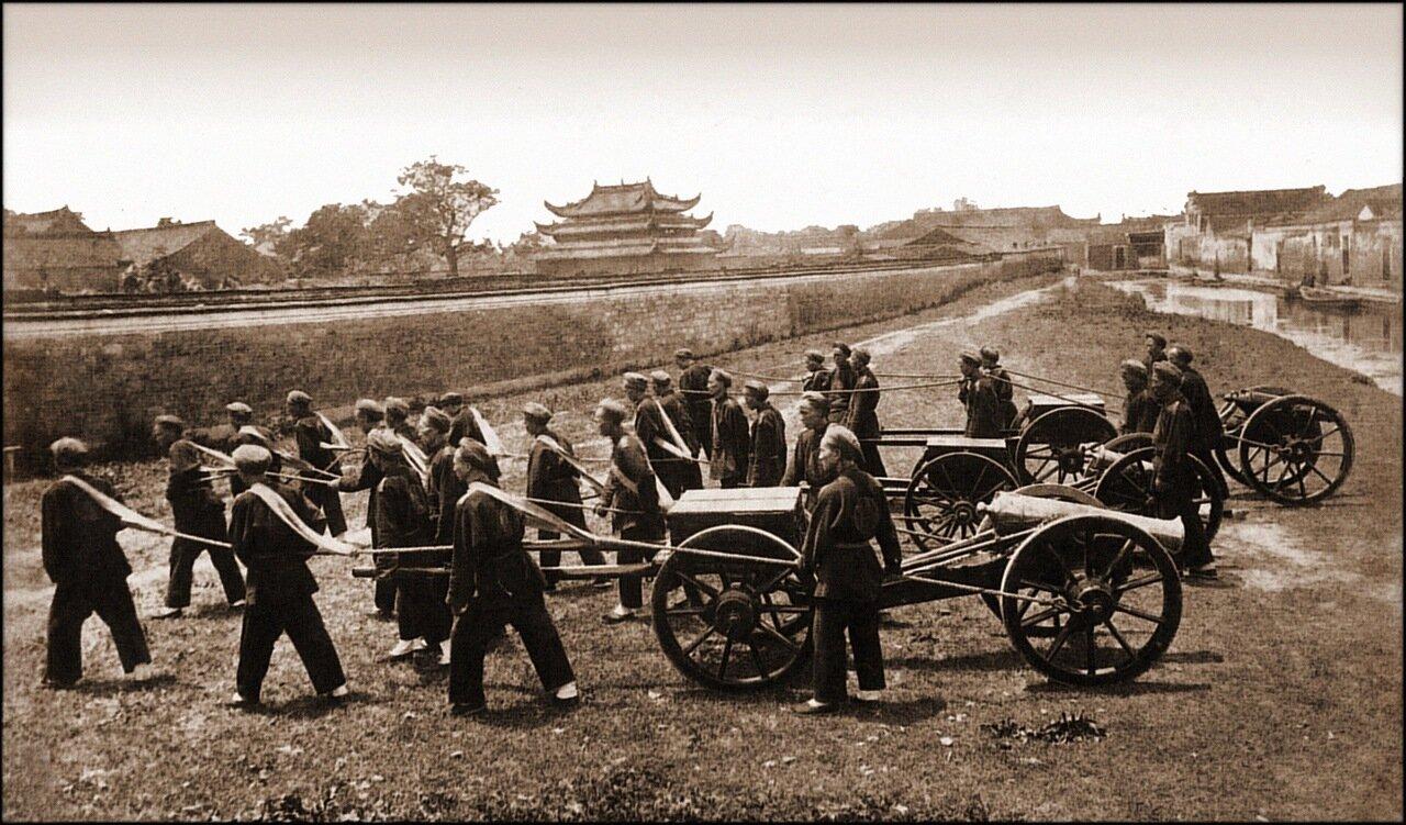 1880. Нанятые китайские рабочие перевозят боеприпасы британской армии.