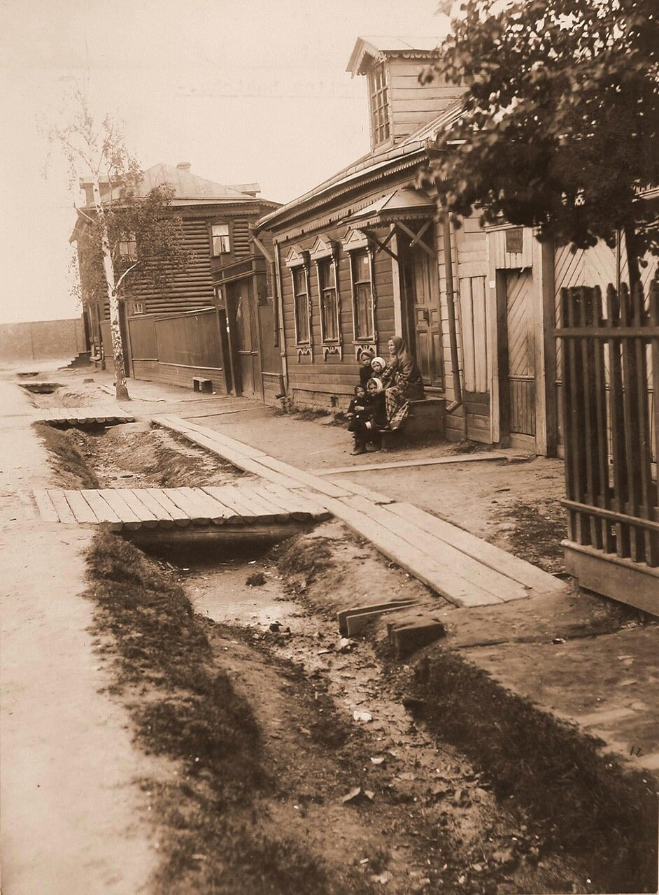 Местные жители у входа в дом Пиркова А.П. на 2-м проезде за линией железной дороги; слева - дом Евдокимовых