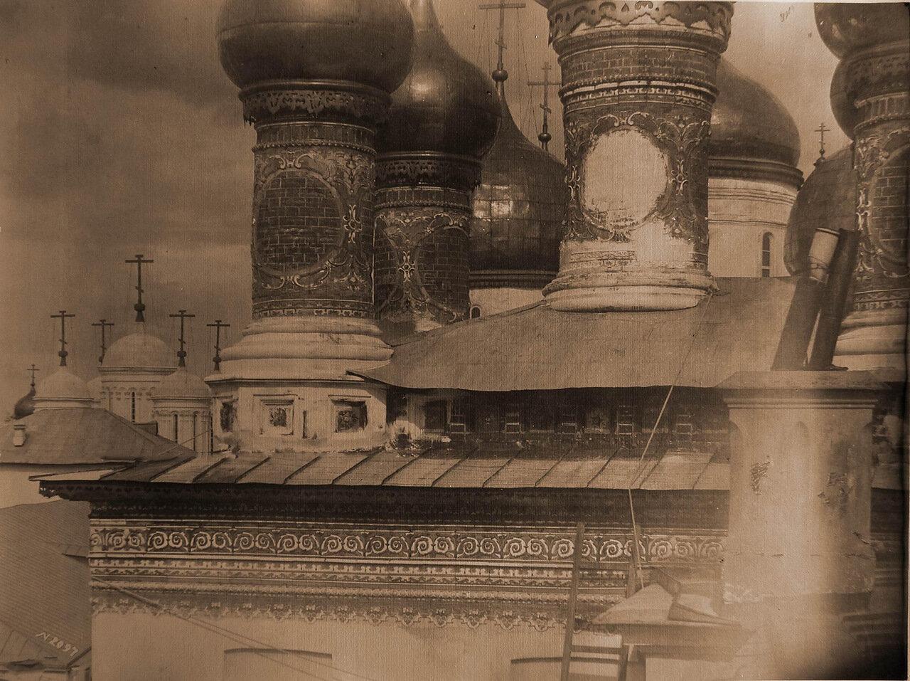 Вид части карниза и барабаны церкви Воскресения Словущего в Кремле