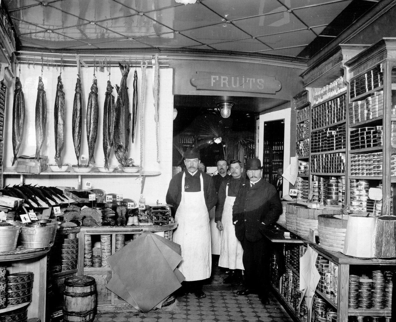03. Продавцы и приказчик в рыбном отделе магазина, далее вход во фруктовый отдел