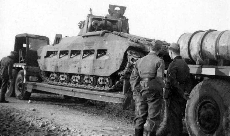 """Захваченный советский танк Mk.II """"Матильда"""" на автотрейлере."""