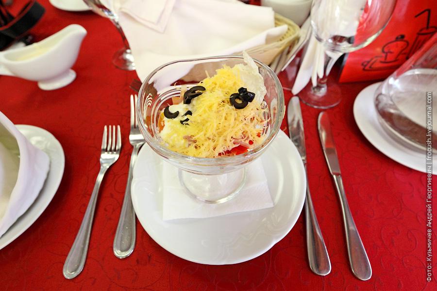 Салат «Фантазия» (ветчина, сыр, яблоки, перец болгарский, консервированная кукуруза, помидоры, маслины)