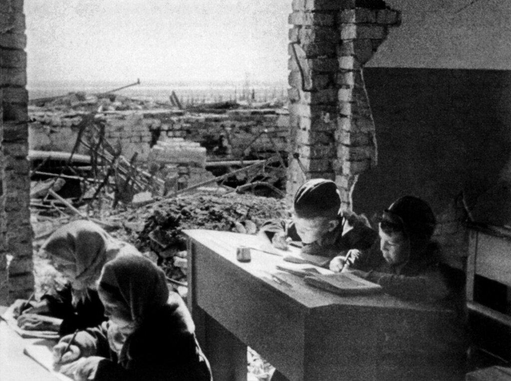 Дети за партами разрушенной школы в Сталинграде. Весна 1943 года.