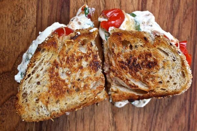 Накаждый кусочек хлеба натереть твердый сыр. Помидоры черри разрезать пополам ивыложить содной ст