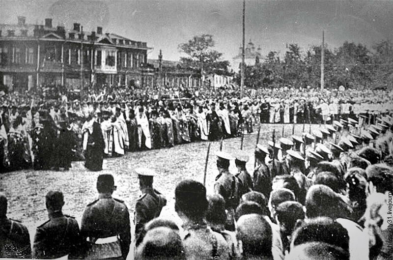 Торжества к канонизации св. Иосафа на Соборной площади. На углу - гостиница Яковлевой (1911)