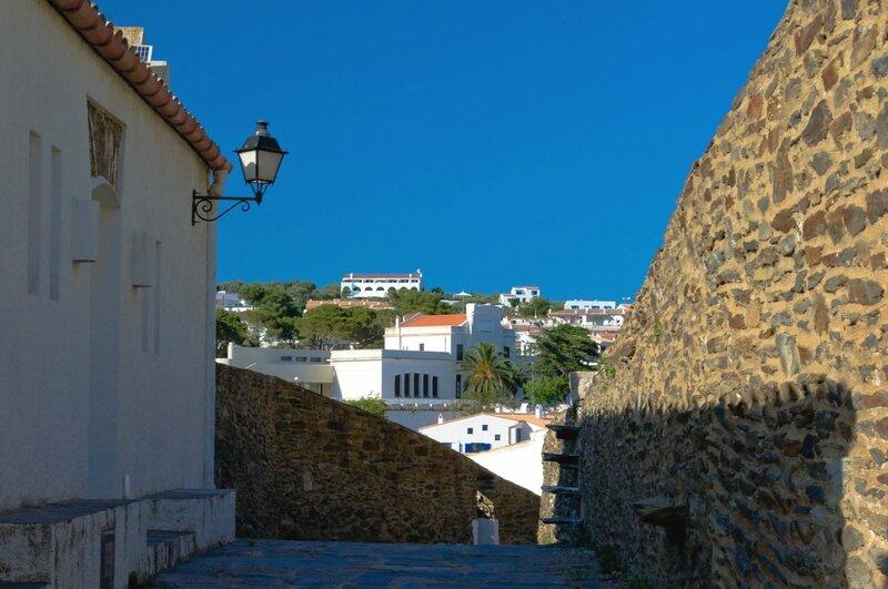 Испания. Горы, море, узенькие улочки, маленькие уютные домики, дороги, мощеные камнем...