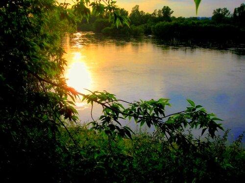 Вечер дивной песней над рекой плывёт....