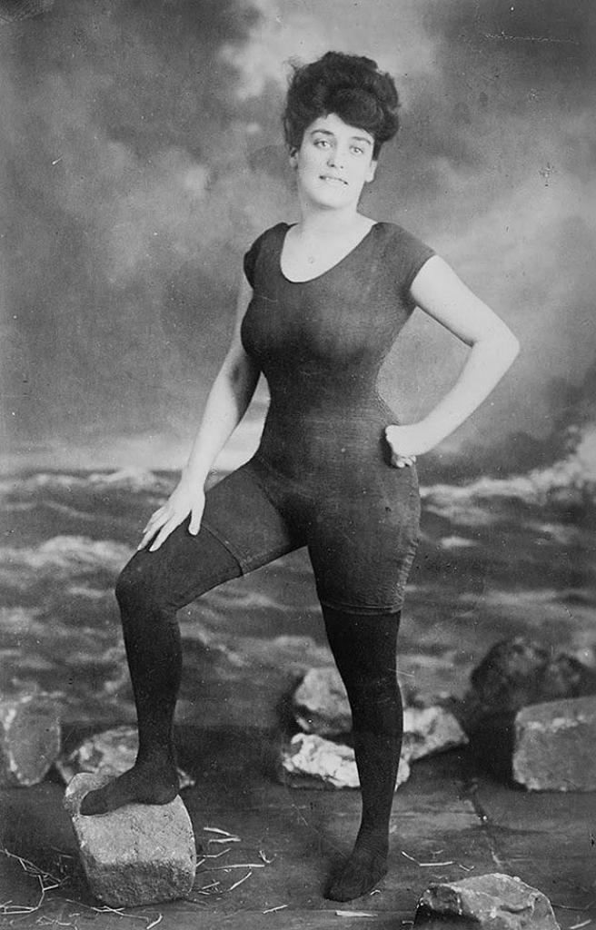 Акция Аннет Келлерман за право женщин носить облегающий сдельный купальник в 1907 году. Тогда ее арестовали за непристойность.