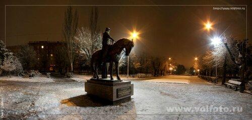 У казачьего памятника