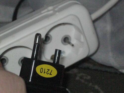 Фото 5. Повреждённое зарядное устройство и торчащий из колодки удлинителя штырь. Второй ракурс.