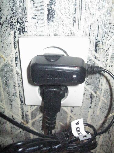 Фото 15. Пытливый ум электрика потребовал провести эксперимент - как поведёт себя зарядное устройство при включении в розетку «Элио стандарт» («Eljo standart»)?