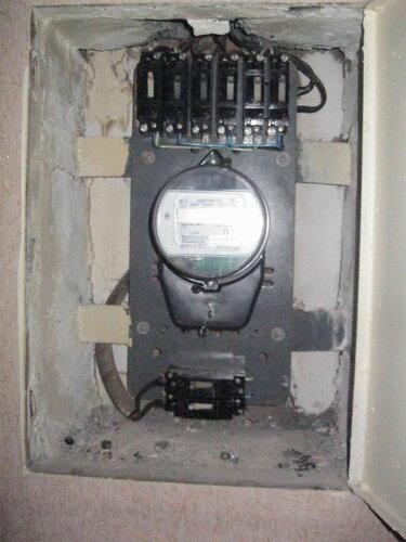 Фото 1. Квартирный щит. Общий вид. Все автоматические выключатели включены, но света в квартире нет. Вместо общего двухполюсного автомата или пакетного выключателя в нижней части щита установлена пара однополюсных автоматов типа АЕ.