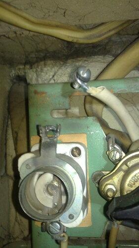 Фото 9. Основание ПАР установлено обратно. Приварившийся винт М 5 был удалён, используется аналогичный исправный винт. Отверстие верхнего контакта, где была резьба, расточено надфилем. Повреждённая часть провода удалена, изоляция усилена кембриком.