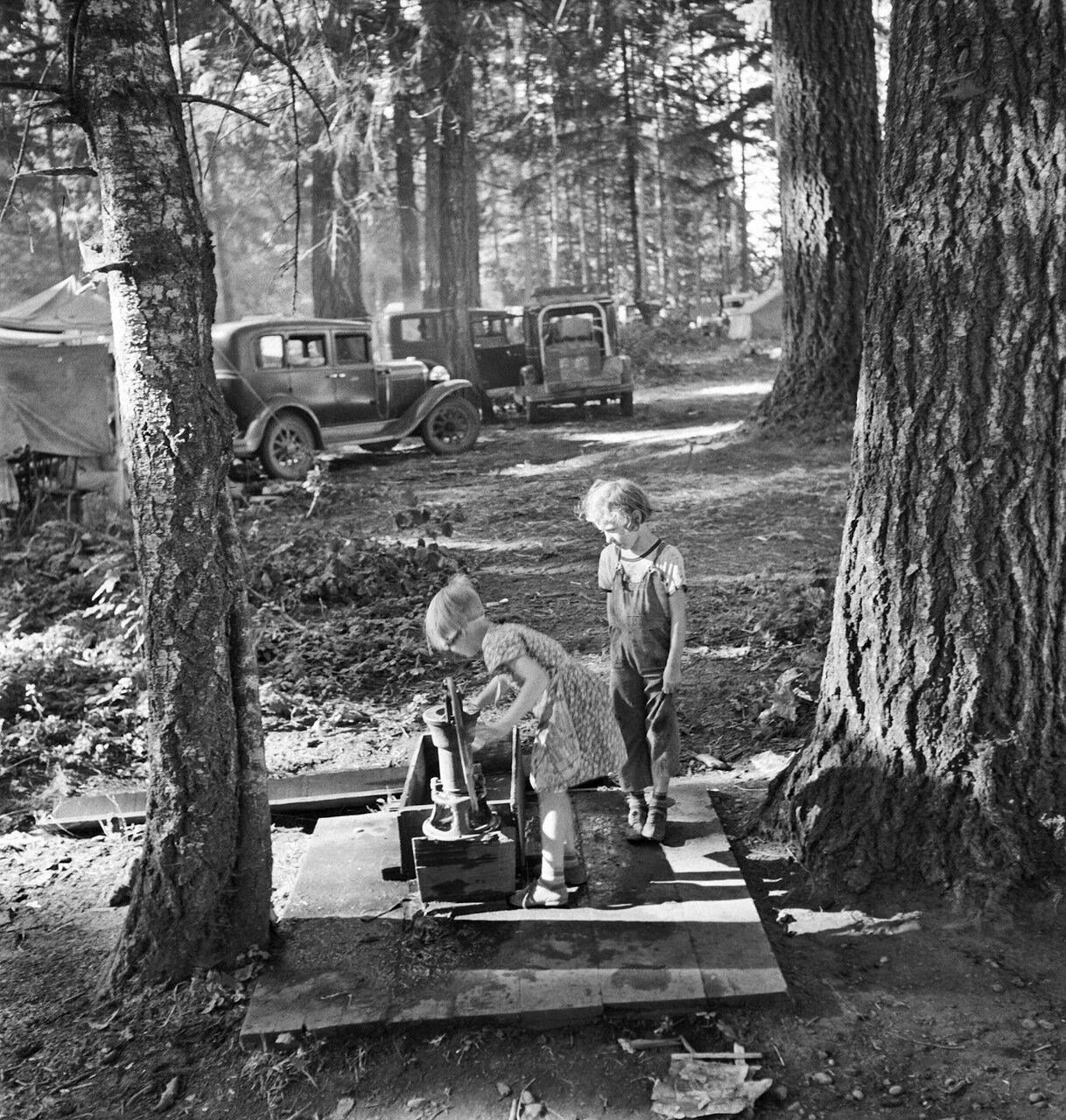 Орегон, Округ Мэрион, возле Вест Стейтона. Дети в большом лагере сборщиков бобов. Сборщики приехали из разных штатов, от Оклахомы до Северной Дакоты, 1939