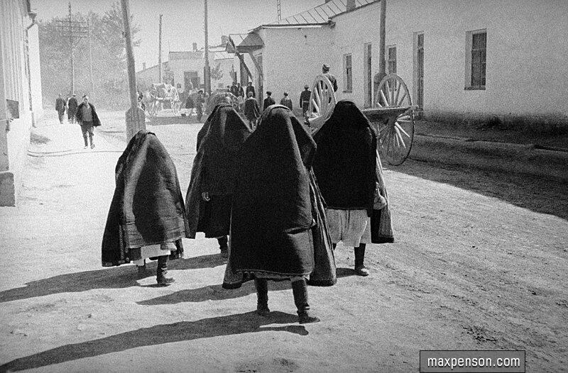 Группа женщин-узбечек в паранджах на улице старого Ташкента.