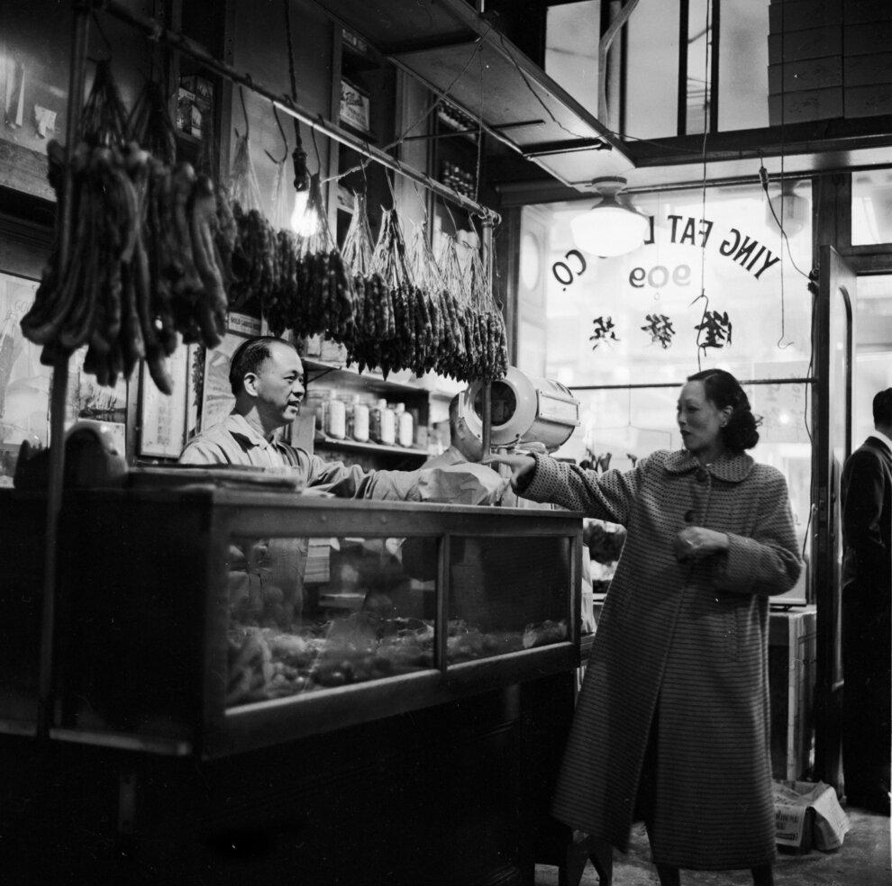 Клиент получает свой заказ от мясника в китайском магазине