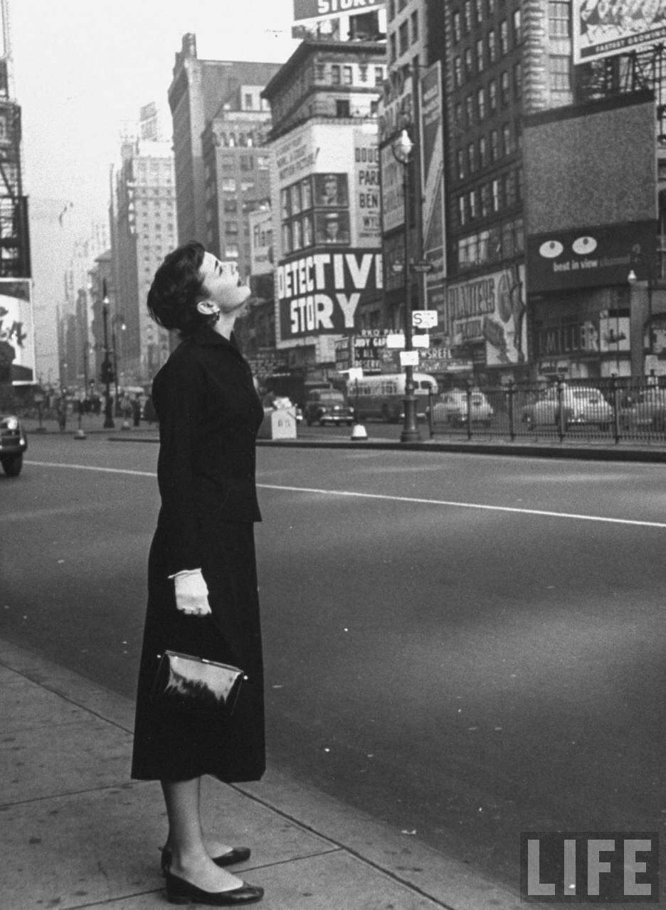 1952. Одри Хепбёрн рассматривает на Таймс-сквер рекламное объявление бродвейского шоу «Жижи», в котором она принимает участие