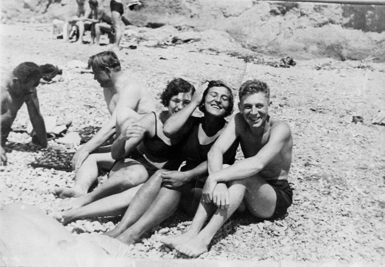Василий Сталин на пляже во время обучения в Качинской Авиационной школе в 1939 году. За шахматной доской полковник Т.Л. Рябченко
