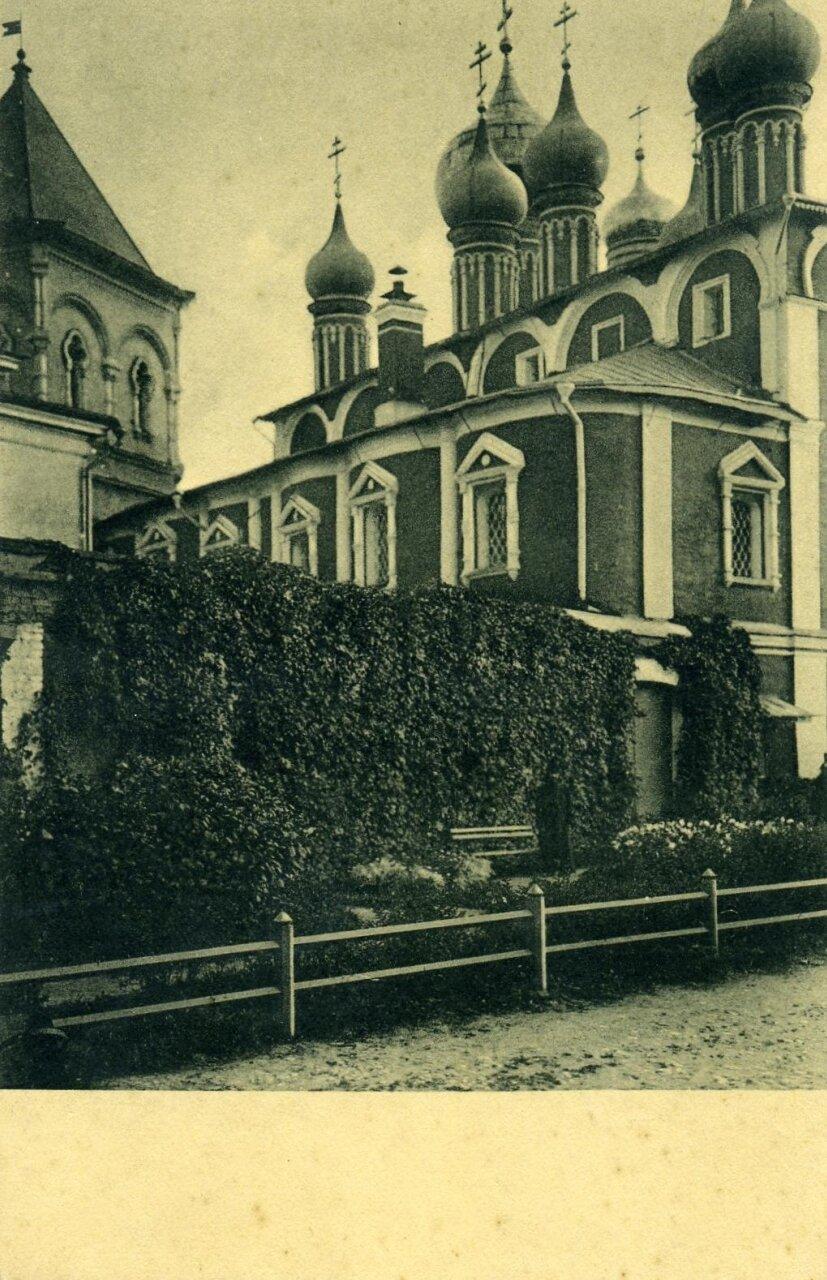 Кремль. Во дворе Чудова монастыря