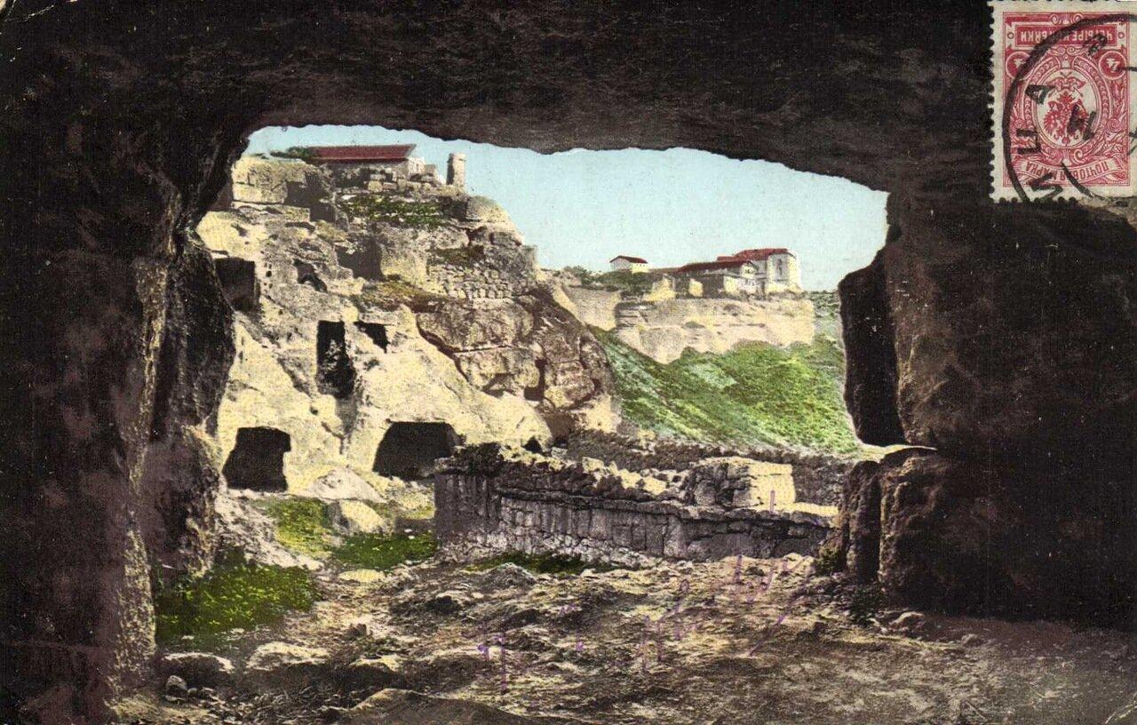 Мертвый город Чуфут-Кале близ Бахчисарая