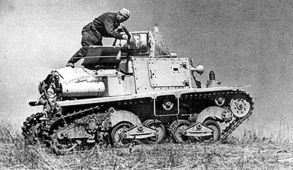 Советский танкист осматривает трофейный танк L6/40.