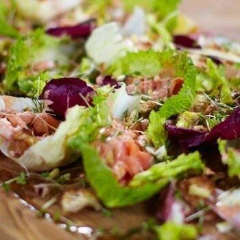 Новогодний салат с морепродуктами Кровавая Мери