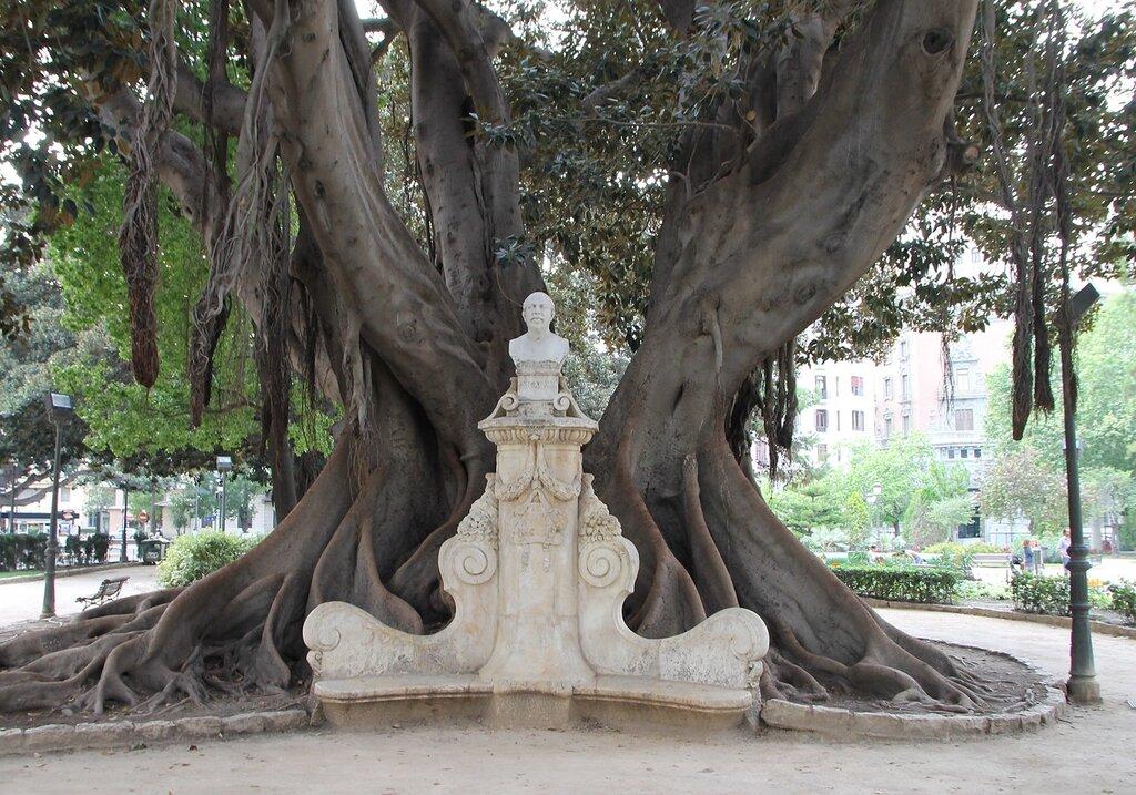 Валенсия. Cад Глориета (Jardines de la Glorieta). памятник валенсийскому художнику Антонио Муколису (Antonio Muñoz Degrain, 1840-1924)