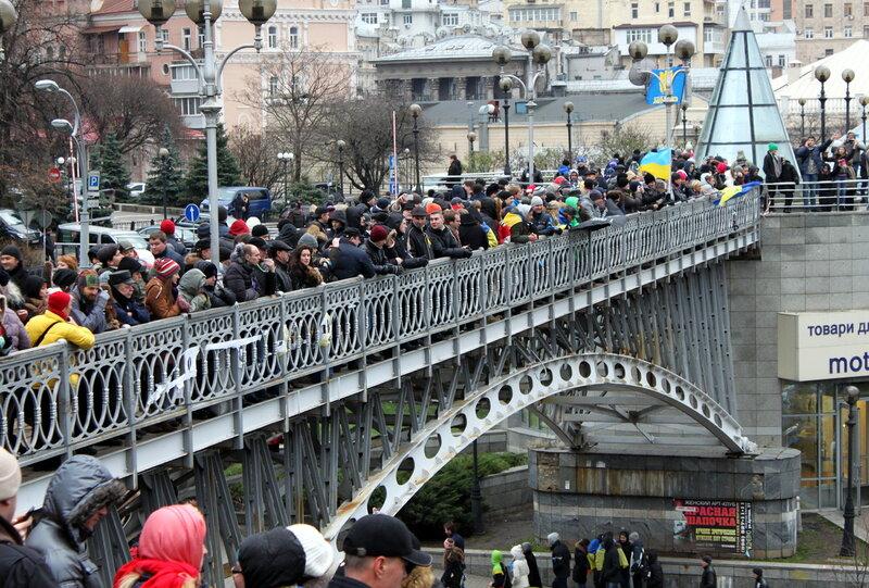 Участники митинга на мостике