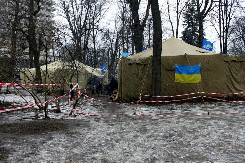 Палатки в Мариинском парке