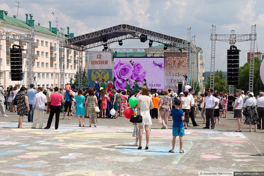 Сцена и зрители в День города в Саранске 12.06.2013
