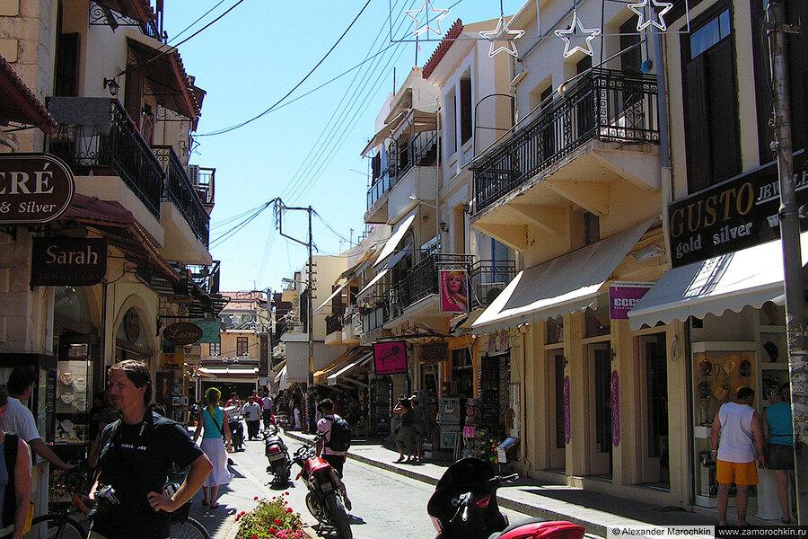 Магазины и сувенирные лавки на улице городка Ретимно