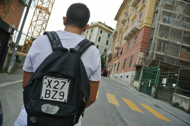 Молодой человек с госномером от мопеда на рюкзаке оштрафован за нарушение ПДД