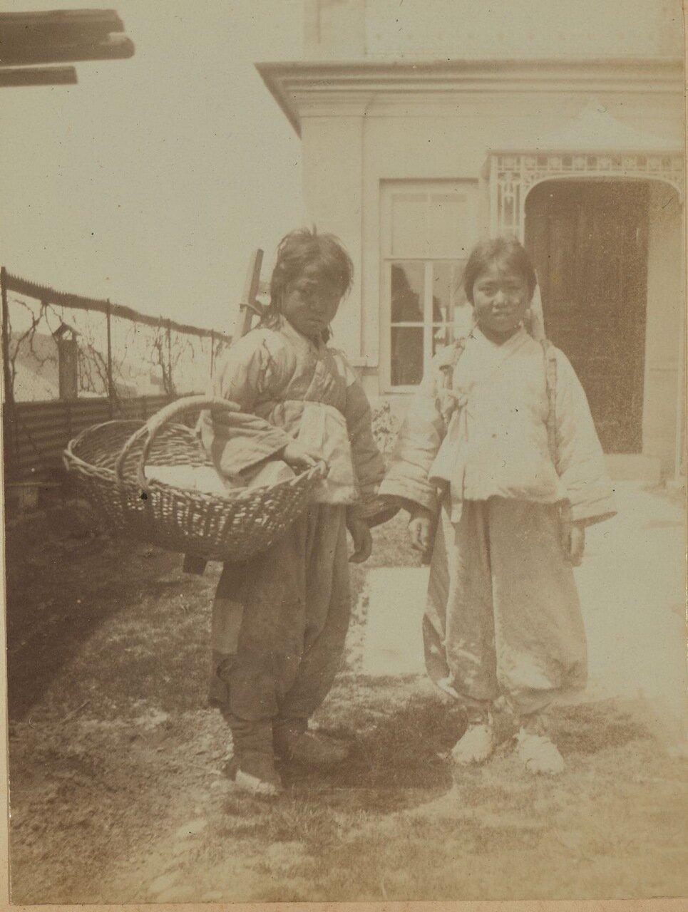 Два корейских ребенка, которые помогали Элеоноре Прэй принести домой свои покупки с рынка