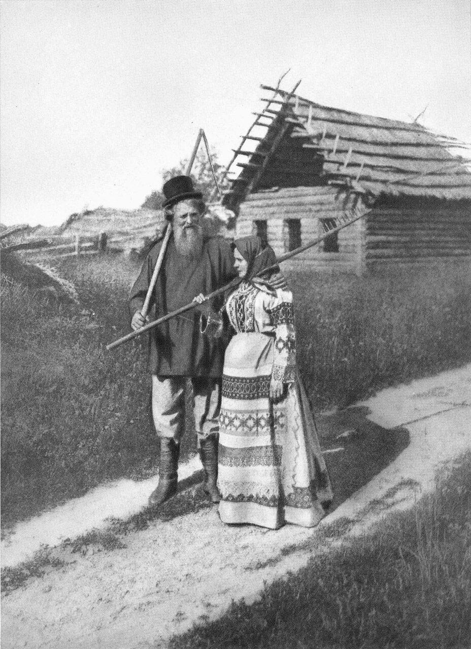 На деревенской улице. 1900-е гг.