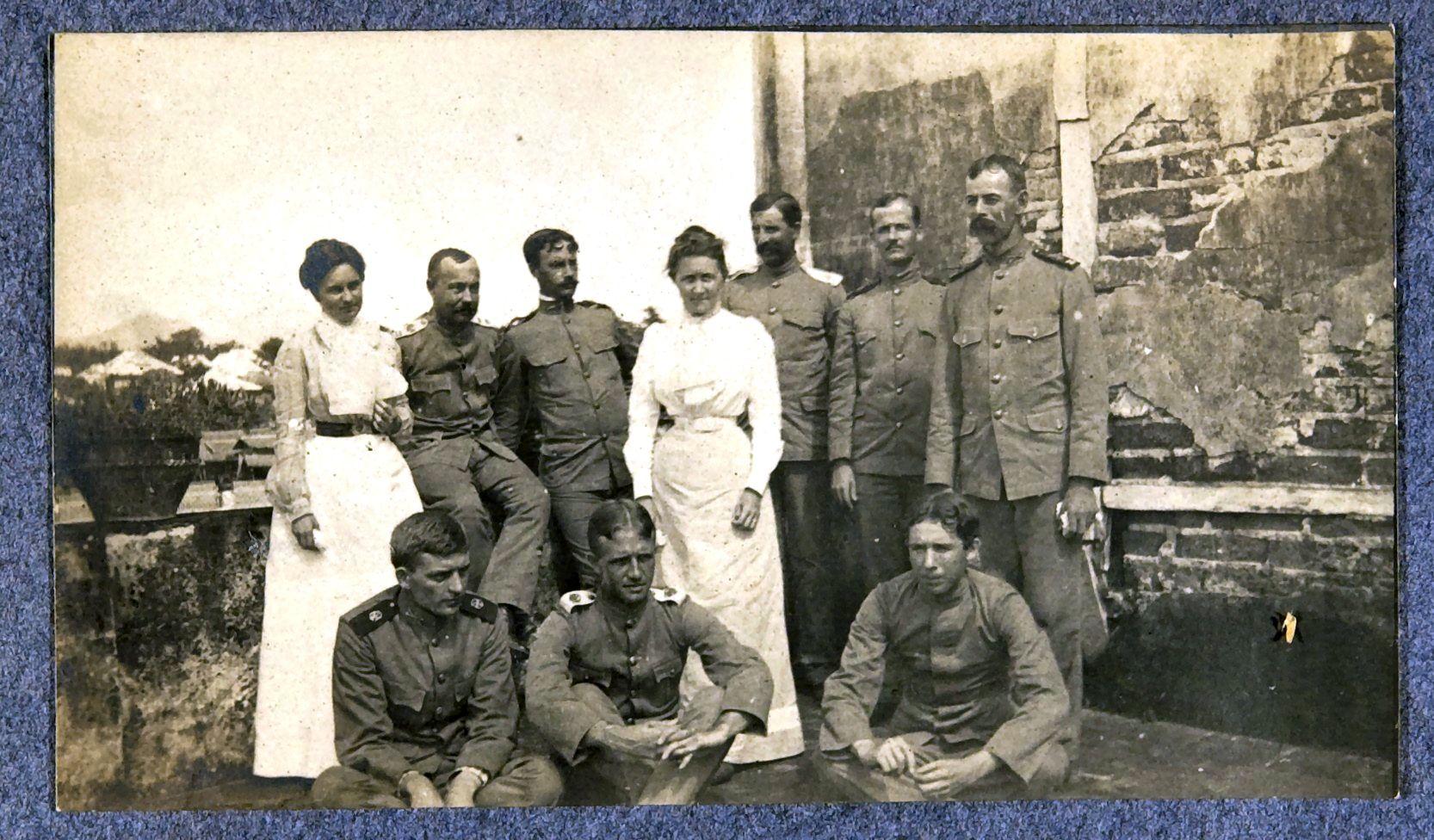 30. Портрет офицеров с жёнами