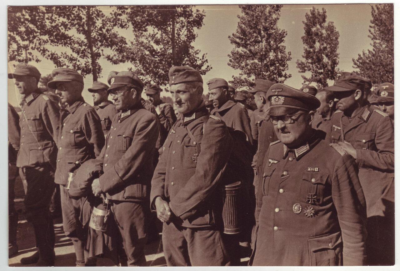Немецкие военнопленные под конвоем военнослужащих в Киеве, 1944