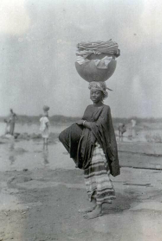 1927. Женщина из племени барамба недалеко от реки Нигер