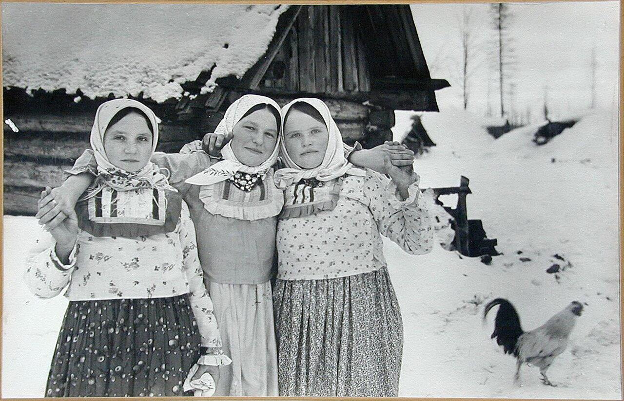 1942-1943, зима. Крестьянки из деревни Акимовка. Калужская область
