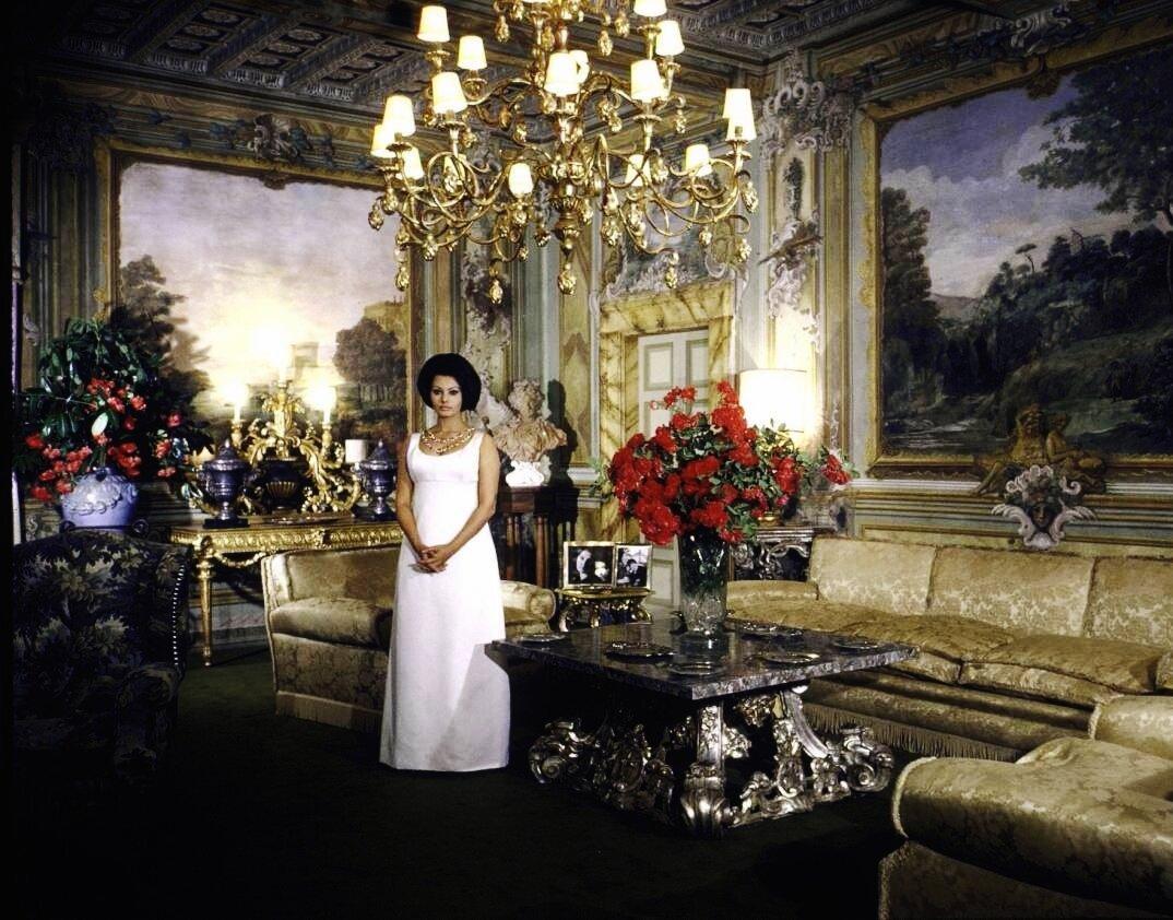 1964. Софи Лорен в главной гостиной ее виллы